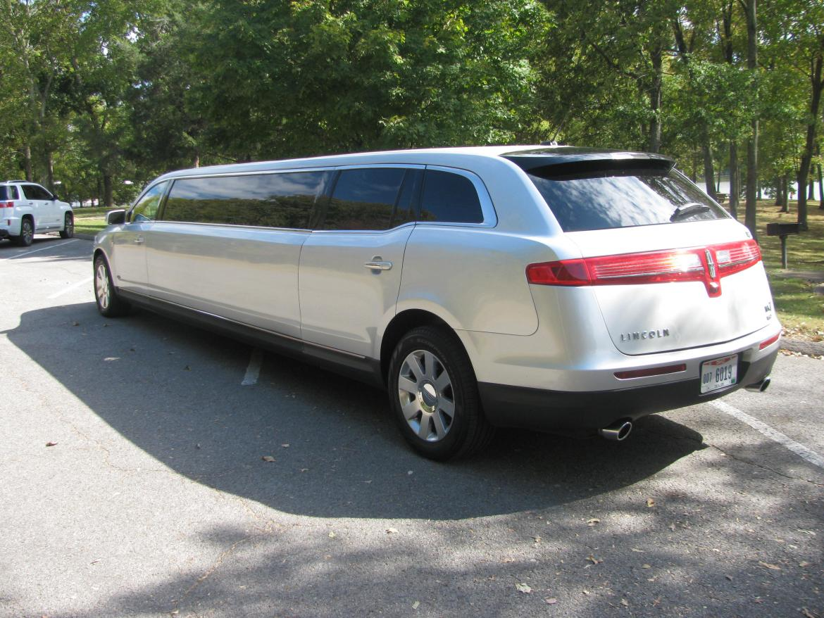 https://weselllimos.com/photos/limos-for-sale/114/2013-royale-lincoln-mkt-limousine-581b35034e605-large.jpg