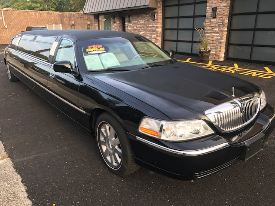 https://weselllimos.com/photos/limos-for-sale/666/2003-krystal-lincoln-town-car-limousine-59d16c5baeb0f-large.jpg