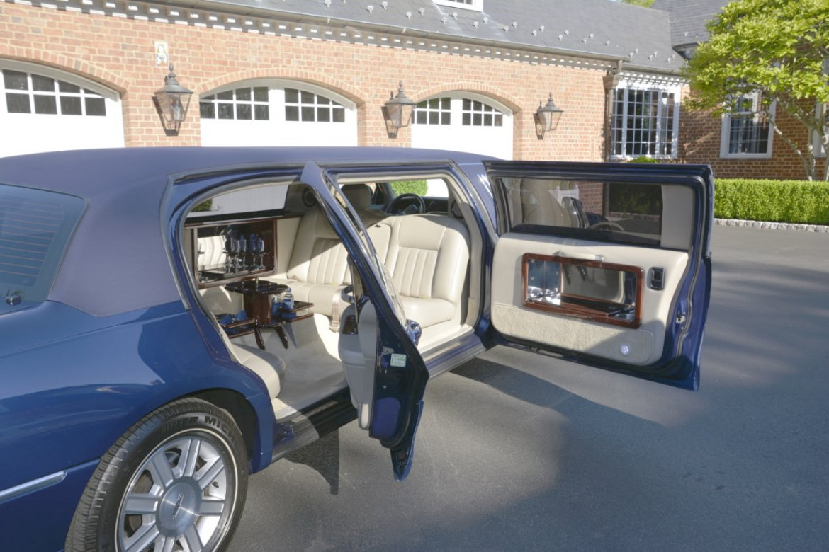 "Limousine for sale: 2008 Lincoln Town-Car 76"" by LCW"